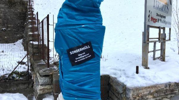 Südtiroler Freiheit copre cippo Brennero