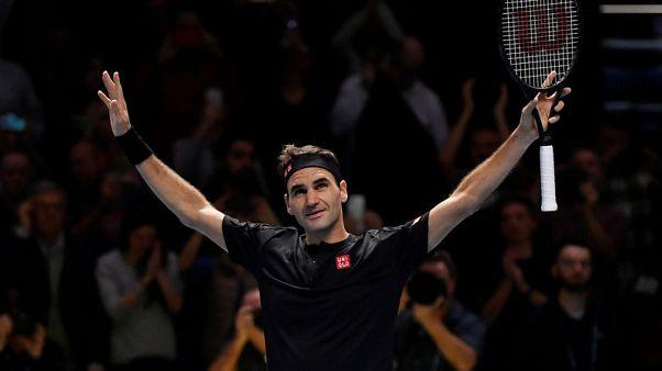 Federer outclasses Djokovic to reach semi-finals