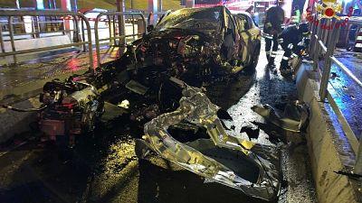 Con auto urta cuspide corsia, morto