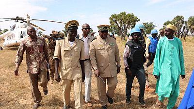 Le Gouverneur de la Région de Mopti et la Cheffe du Bureau régional de la MINUSMA en visite de soutien dans le village de Peh