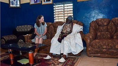 L'ambassadeur Mahoney rencontre le roi Kpetoni Koda IV et l'imam Razack Issa Samari à Djougou