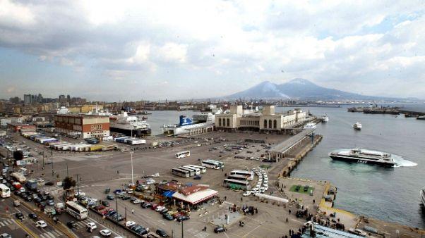 Nave bloccata a Napoli, 125 a bordo