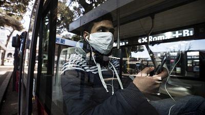 Rapina in farmacia con mascherina medica