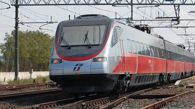 Attraversa binari, muore investito treno