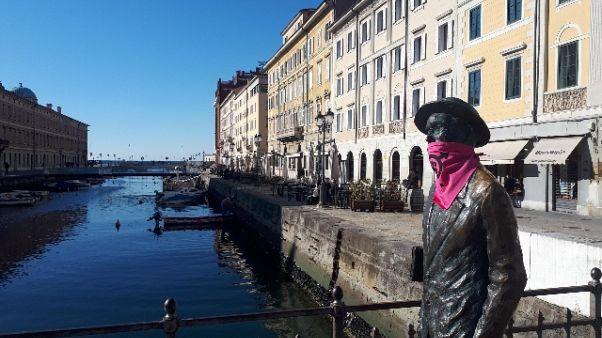 Coronavirus: mascherina su statua Joyce