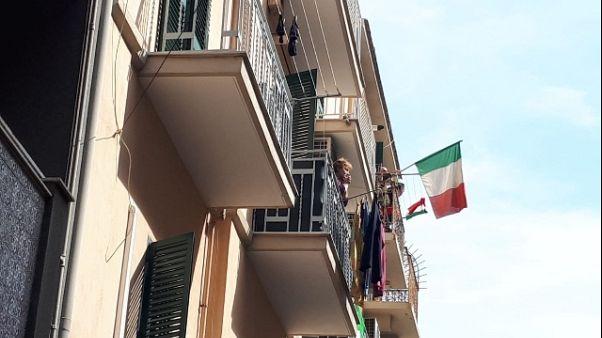 Coronavirus: Bari al balcone, applausi