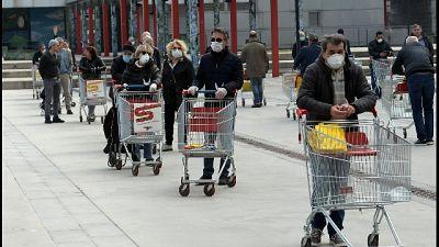 A Milano lunghe file ai supermercati