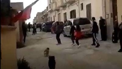 Coronavirus: a Mazara ballano in strada