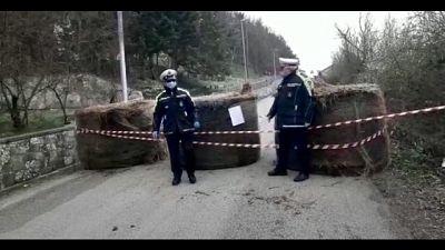 Paese blocca accessi con balle fieno