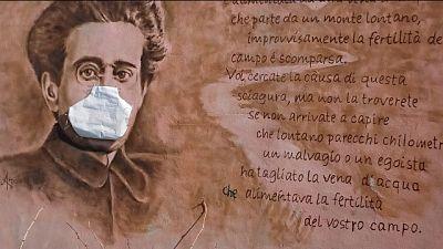 Gramsci con mascherina nel murale