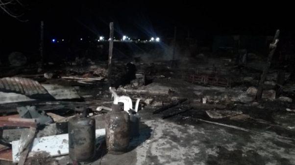 In fiamme 30 baracche in campo migranti