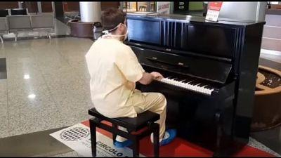Medico pianista suona Queen in ospedale
