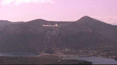 Stromboli in eruzione, lava sulla costa
