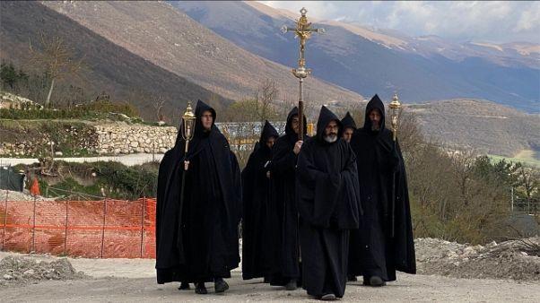 """Monaci Norcia pregano per """"liberazione"""""""