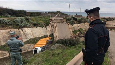 Crolla ponte in Sulcis, illese 2 persone