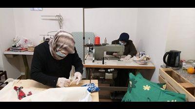 Migranti Locride cuciono mascherine