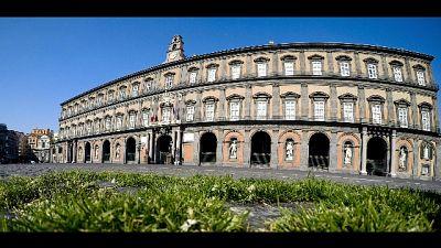 Napoli,a piazza Plebiscito cresce l'erba