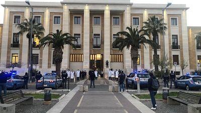 Polizia 'suona'Silenzio davanti ospedale