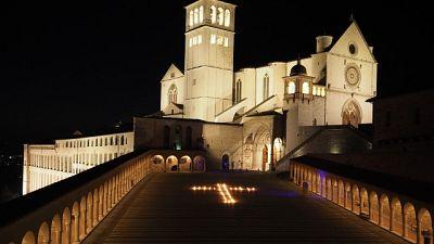 Croce di luce davanti a Basilica Assisi