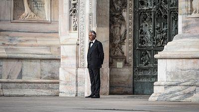Bocelli canta in una Milano deserta