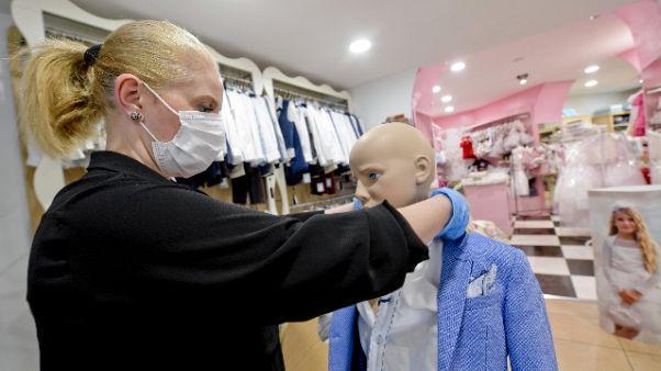 Negozi bimbi, clienti cambiano taglie
