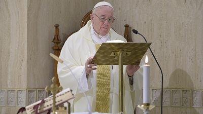 Papa prega per anziani soli e impauriti