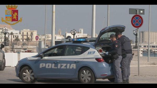 Picchiò compagna in strada a Bari, preso