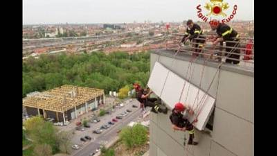 Pompieri 'acrobati' sull'ospedale