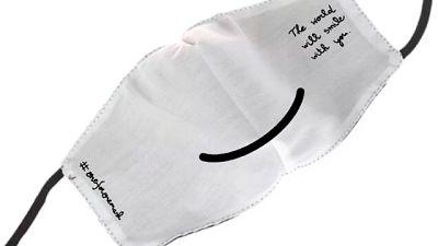 Maschera 'sospesa' con il sorriso stampa