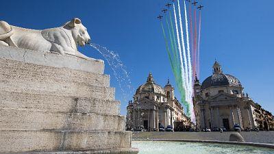 Frecce tricolori sorvolano Roma deserta