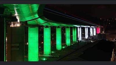Tricolore illumina pile del nuovo ponte