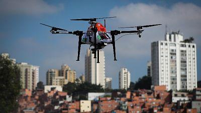 Drone con 6 cellulari atterra in carcere