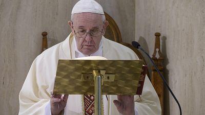 Papa, prego per i tanti defunti anonimi