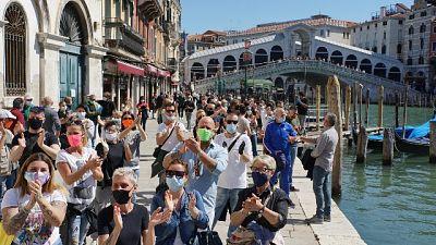 Venezia, battimani di protesta a Rialto