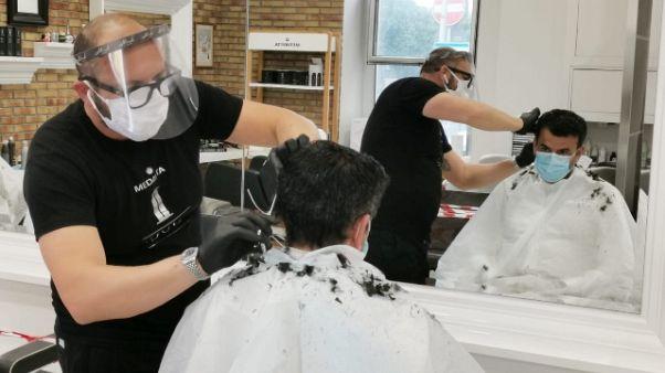 Fase 2: Decaro dal barbiere, emozionato