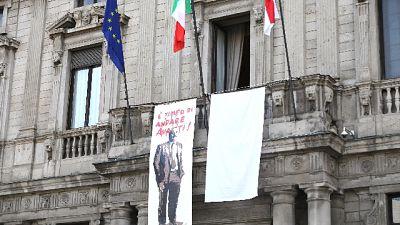 Capaci, in Comune Milano lenzuolo TvBoy