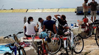 Sale il Mose, gente assiste da spiaggia