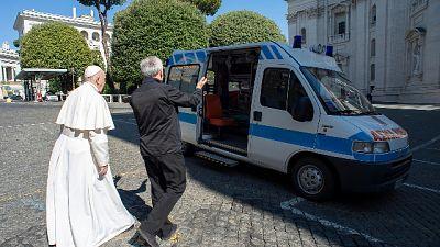 Papa: dona ambulanza per poveri di Roma