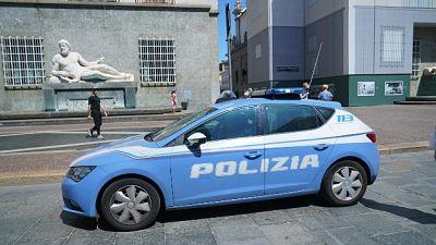 Sassi contro poliziotti, un ferito