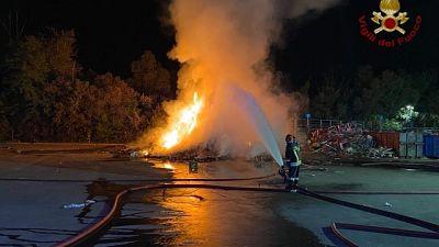 Incendio isola ecologica periferia Pavia