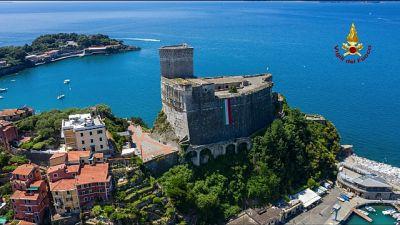 Vvf portano tricolore su Castello Lerici