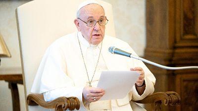 Bergoglio in un tweet, 'tutto è in relazione'