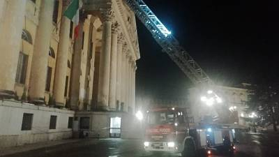 Pezzi di tufo caduti da sede Comune Verona, danni a coltivazioni