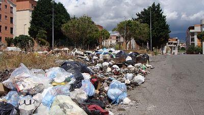 Migliaia le tonnellate di immondizia abbandonate lungo le strade