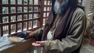 Missionario laico prega e fa penitenza in una grotta in Sicilia
