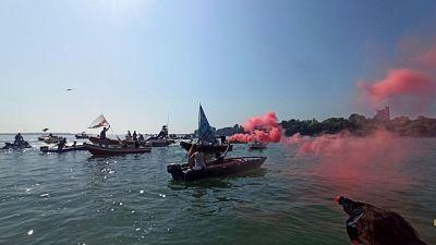 Barchini fronteggiati da forze dell'ordine