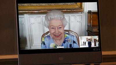 Reina Isabel vuelve a trabajar después del funeral de su esposo