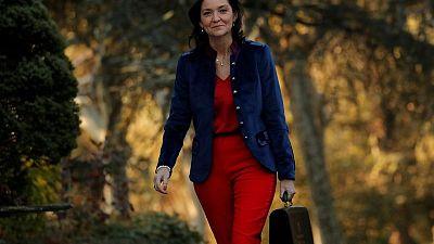 La ministra de Turismo española recibe una navaja manchada de rojo