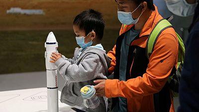 China lanza robot prototipo capaz de atrapar escombros espaciales con una red