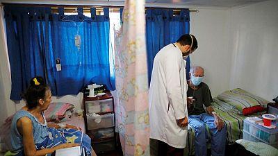 Venezolanos con COVID-19 buscan atención domiciliaria en medio del desmoronamiento de sistema de salud
